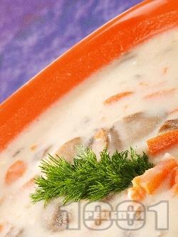 Гъбена чорба с печурки, моркови, течна сметана и пресен лук - снимка на рецептата